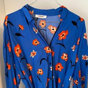 Blå skjortekjole med bindebånd og orange blomster. Blødt materiale og løs pasform💙 Fremstår som ny.