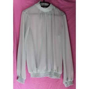 Sød skjorte tunika i lyseblå, aldrig blevet brugt, da den er lidt gennemsigtig og jeg ikke ved hvad jeg skal bære under :-)