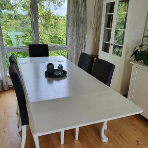 Flot gammelt spisebord med fine udskæringer. Det har lidt slitage og kan godt trænge til en frisk gang maling. To tillægsplader medfølger. Der kan sidde 10-12 personer omkring det, når pladerne er sat i. Mål - højde: 74 cm., bredde: 100 cm., længde 151/236 cm. Stole (Henriksdal fra Ikea) kan medfølge for 500 kr. Der er 6 i alt. Nogle af dem trænger til nyt betræk.
