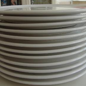 12 helt flade tallerkener 29,5 cm i diameter.  Har vist brugt dem en gang, så de fremstår som nye  Skal afhentes på indre Frederiksberg  tallerkener Farve: Hvid