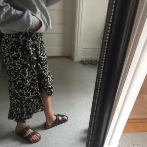 Super fin nederdel sælges, bruger den dsv ikke mere;)