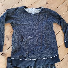 Mærke: Bonaparte  Lækker gråmeleret sweatshirt med sorte kanter og lommer foran på bluse.  Mål: Længde: 67cm Bredde: 54cm