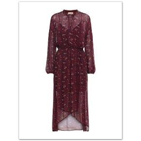 Bytter ikke!   Fin og feminin kjole fra Custommade str. 40.   Kjolen har lange ærmer og krave med bindebånd, hvilket giver et super feminint udtryk. Kjolen har desuden markering ved taljen, løbegang, med et bånd af både elastik (elastikken er skjult i løbegangen) og fast stof, det man binder med, for at stramme kjolen i taljen. Kjolen er længere bagtil og har asymmetrisk effekt. Størrelsesguide for Custommade str. 40: Brystmål: 95 cm Taljemål: 78 cm Hoftemål: 104 cm Yderkjole, længde fra nakken og ned 133 cm Underkjole, længde fra skulder og ned 87 cm, kan dog reguleres i stroppen. Kommer fra et ikke ryger hjem. Hænger i dragtpose. Kjolen er købt privat.