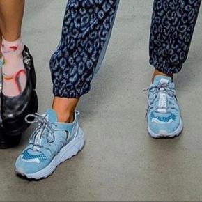 Populære lyseblå ganni tech sneakers. Vildt gode at gå i