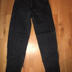 Poset sorte bukser fra weekday. De poser ud ved knæet og går ind ved anklen. De er slidte og brugte  og lidt misfarvet i det de er blevet lidt grå. Men ikke noget tegn på ødelæggelse.