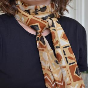 Vintage tørklæde med kort-mønster. Det er i god stand og har ingen tegn på slid.  Tørklædet kan bruges om halsen eller i håret.  Det kan afhentes i Odense M eller sendes med brev for 18kr.  Ved køb af flere varer gives der mængderabat. Bud er velkomne.