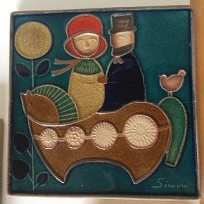 Søholm relieffer Hvidt, brunt og blåt plante/træ med cirkler. (Mindre revne se billedet) 38,5x11,5cm - pris 225 Dreng med blomster. Rød. 39,5x12cm -pris 250kr  Hane. 33,5x17cm - Solgt Hest. 17x20,5cm - Solgt Fugl. 23,5x21cm - pris 125kr  Par på en hest. (Simon) er en revne i(se bagside) 33,5x33,5cm - pris 500kr  Tre fisk. 34x24cm - pris 500kr  Alle er klar til at hænge op.