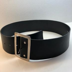 Brugt en gang - læderbælte  7,2 cm bredt 82 cm til midterste hul  - 94 cm ialt uden spænde