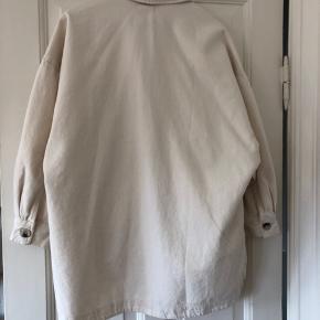 Helt ny oversize jakke fra Zara. Størrelse Xs-S men kan passe en størrelse lige fra Xs til Medium/Large, alt efter hvor oversize man ønsker den. Aldrig brugt og fejler derefter ingenting