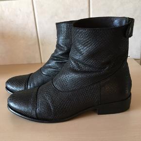 Flot og lækker støvle fra Billi bi, brugte men pæne og velholdte.  Købspris 1599,-