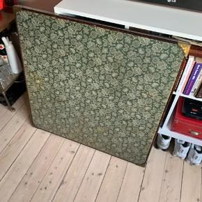 Gammelt retro spillebord, sælges..    Bordet er velbrugt, og bæger præg deraf.    Men ellers fint, og funktionelt..    Det måler : 82 x 82 x 73, i udslået stand..    SE OGSÅ ALLE MINE ANDRE ANNONCER.. :D