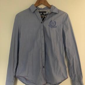 Fin skjorte uden synlige brugsspor