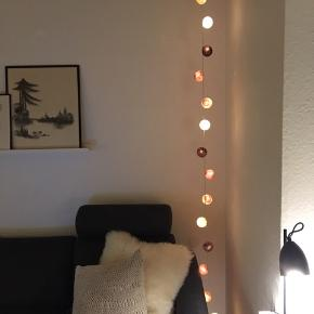 Hyggelig lyskæde med kugler i lyse/brunlige farver
