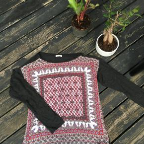 Comfy top with ethnic motives. Great fit for the autumn months - for jeans, long pair of trousers, or even a skirt.