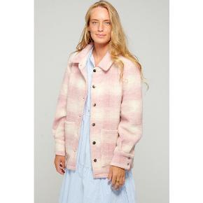 Fedeste jakke brugt 2 gange er som ny uden fejl og mangler Str M/L  men passer de fleste størrelser