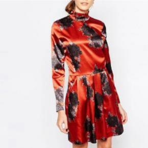 Super smuk kjole som er købt på Trendsales. Den er desværre lidt for tæt til mig. Vil nok passe en lille s eller xs rigtig godt 😊