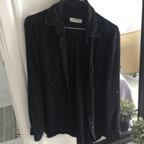 Fed skjorte fra ZARA, med opsmøg og knapper. Str. S. Brugt én gang. Nypris 275 kr.