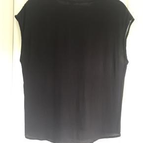 Bluse fra Garcia uden ærmer med fint print foran og ensfarvet sort på bagsiden. Kun brugt to gange.