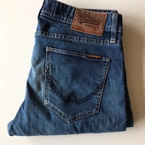 W31L34 De er ikke brugt ret meget, men da der er hul i højre lomme er prisen lav.   Gi et bud.   Køber betaler fragt medmindre andet er aftalt.
