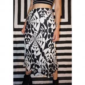 Vintage Y2K Monochrome Patterned Skirt Mega fed nederdel med geometrisk mønster.  Størrelsen siger en UK 14. Jeg vil dog sige at den kan passe helt fra 36-42 grundet at den strækker sig en del. Skriv gerne mht. mål. Tager også gerne i mod bud.  🖤🤍⚫️⚪️▫️▪️◾️◼️◽️🔳⬜️⬛️