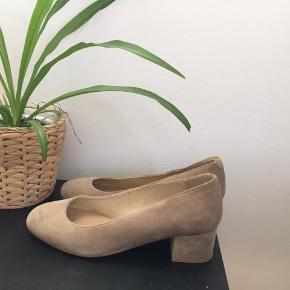 Virkelig flotte sko med en lille hæl i beige ruskind. Perfekte sommersko og kan bruges til både hverdag og fest. Brugt under 1 time, da de desværre er en smule for stor til mig (bruger normalt 36-37). Som nye oven på og med lidt brugsspor under skoene (ikke synligt når man har dem på).  Ny pris: 1100kr.   # sandfarvet ballerina åbne sko sandaler brun