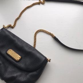 Skøn taske fra Marc Jacobs. Købt i KBH lufthavn. Er brugt en del, derfor er det guld hardware slidt, læderet er 100% intakt. Funktionelt fejler den ingenting. Den har en masse år i sig endnu! Den er helt ideel som byen-taske.  #30dayssellout