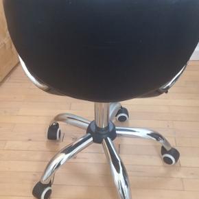 God kontorstol.  Dig slidt i læderet. Se billede