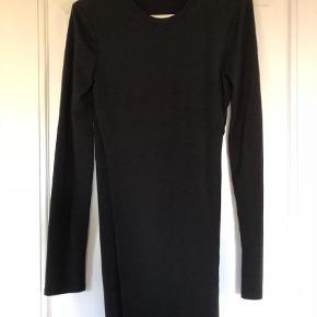 Varetype: Enkel kjole med syning i siden Farve: Sort Prisen angivet er inklusiv forsendelse.  Super flot kjole med god pasform og syning ned langs den ene side.    Den har været på max 5 gange.        Jeg er en 34/36 og passer den perfekt - uden at den sidder alt for stram. Den er lille i modellen.        Kom med et bud :)