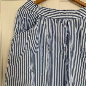Stribet nederdel fra Monki i 100 % bomuld. Midi længde med lommer. Str. L og stort set ikke brugt. Køber betaler evt. forsendelse.