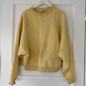 H&M gul sweatshirt med brede ærmer  Str. 36 men passer oversize  Brugt få gange. Fejler intet  Tung i materialet og meget behagelig at have på