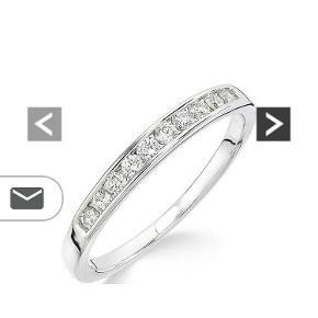 Channel Set Eternity Ring isat 10 diamanter med en samlet carat på 0.25. Ringen er ny med tag og er en størrelse DK.55. / 17.5mm. Den oprindelig pris var 4600 og er derefter sat ned til 3100kr. Er i 9 karat hvidguld.