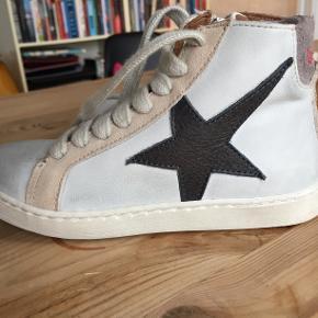 Bisgaard sneakers i str. 28, indvendig mål 18 cm, læder ind- og udvendig, gummisål og med snørebånd og lynlåslukning. Aldrig brugt, da købt i forkert størrelse.
