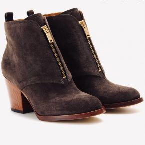 Lækre Ankelstøvler str 37,5 med behagelig chunky hæl. Højde ca 6,5 cm.  Guld lynlås.  Forsåler med Gummisåler, så de passer bedre til det danske vejr.