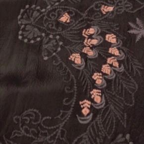 Brugt kortvarigt én gang. Smuk mørk grå kjole med broderede blomster. 100 % cupro Kan bæres både med og uden bælte  Bytter aldrig og prisen er fast