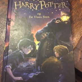 J k Rowling: Harry Potter og de vise sten. Gyldendal, hardback. Pæn brugt stand. 50kr Kan hentes Kbh V eller sendes for 38kr DAO