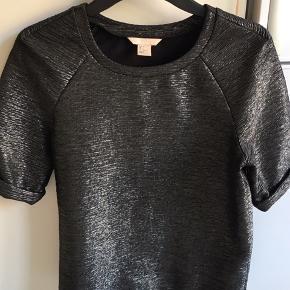 Ubrugt H&M Trend metallic bluse. Med fast oprul på ærmer. Stor str 36.