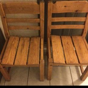 Bud modtages😊2. stk. Store og solide kro stole.  De trænger til en kærlig hånd, men fejler ikke noget😊