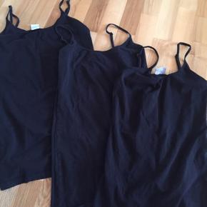 Sorte toppe af mærket Vero Moda 2xM 1xL Den ene er brugt et par gange de andre kun vasket. Pris for alle 3 er 90 kr pp med dao