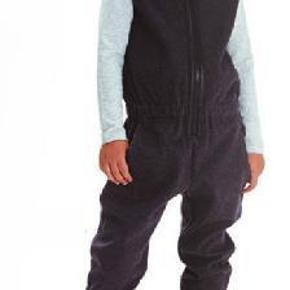 Varetype: jumpsuit, buksedragt, dragt, jersey jumpsuit Størrelse: 140-146/ 9-10 år Farve: mørkegrå, sort Oprindelig købspris: 399 kr. Prisen angivet er inklusiv forsendelse.  BYTTER IKKE!   Smart jersey jumpsuit med elastik i taljen og lynlås foran. Har små lommer i siden.   Perfekt stand.    Str. 140 cm - passer godt 140-146 - stor i str.  Mål: længde til talej 43 cm, talje 33 cm (der er elastik i), bryst, 39, ind. længde 66 cm  Stof: 98% bomuld, 2% spandex.  Brugt 5 gang for pæn. Vasket 1 gang. No fajler.    Pris 235 kr. inkl. porto som DAO post via mobilepay