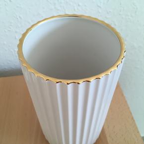 Klassisk hvid Lyngby vase med guldkant - 20 cm. Aldrig brugt. Original æske medfølger.