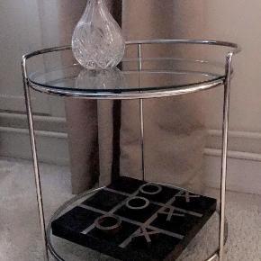 Utrolig stilfuldt bar/rullebord i krom i 2 etager med glasplader Kan også bruges som sidebord Højde: 55cm Bredde: 48cm   Afhentes i Gentofte/eller mødes og handle