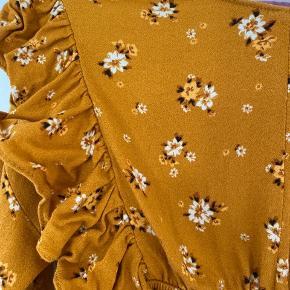 Super sød kjole, skal lige sys forneden, for den er gået i sygningen. Den har små tråd rundt omkring men ikke huller.