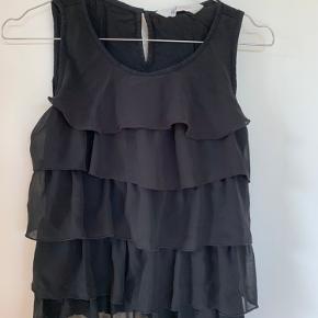 To stk bluser, en i sort og en i mørkeblå