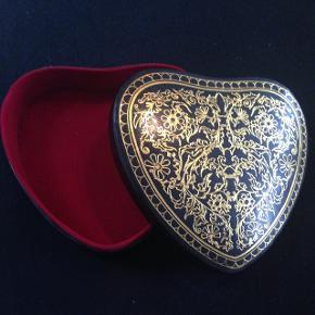 Super smuk smykke æske med rødt 'velouragtigt' stof inden i