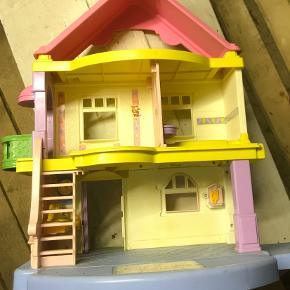 Flot dukkehus i kraftig plastik. Med lidt tilbehør. Med ringeklokke.