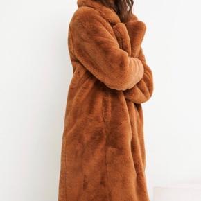 Brun fake fur fra Envii. Meget blød. Passer en str XS-M. Varm og kan bruges her til vinter.