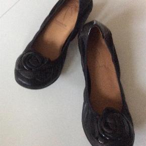 Varetype: Skønne ballerina sko Farve: Sort Oprindelig købspris: 899 kr.  Rigtig lækre ballerina sko , normale i str. Bytter ikke Evt. MobilePay