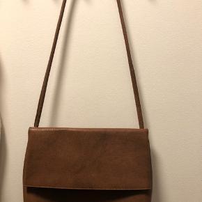 Helt ny Yvonne Koné oversized fold over bag i cognac. Ny pris 3600 kr.