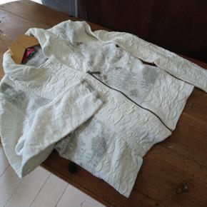 Rigtig sød cardigan i god kvalitet. Brugt et par gange. Nypris 2000 kr. Købt for 700 kr. Sælges meget billigt.
