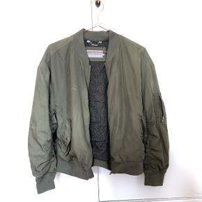 Fed armygrøn sommer/forårsjakke fra Calvin Klein. Den er brugt en del, men har ingen synlige skrammer eller ødelæggelser. BYD ;-) det skal lige siges at den er ret lille i størrelsen, så i må ikke blive skræmt væk af at den er en størrelse L ;-)